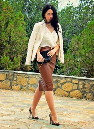Wie kombinieren: weiße Tweed-Jacke, weißes ärmelloses Oberteil aus Seide, brauner Midirock aus Leder, braune Leder Pumps mit Schlangenmuster