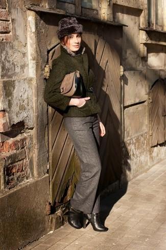 Wie kombinieren: dunkelgrüne Tweed-Jacke, graue Wollanzughose, schwarze Leder Stiefeletten, braune Satchel-Tasche aus Wildleder