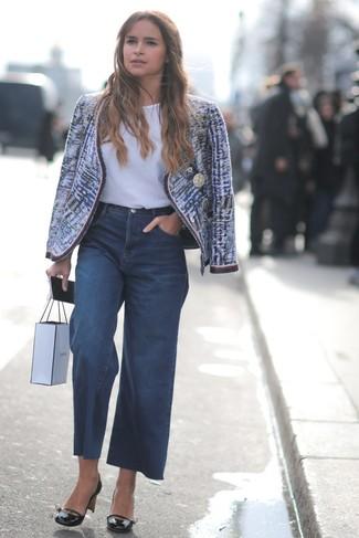 Wie kombinieren: blaue Tweed-Jacke, weißes T-Shirt mit einem Rundhalsausschnitt, dunkelblaue weite Hose aus Jeans, schwarze Leder Pumps