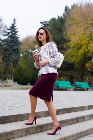 Wie kombinieren: rosa Tweed-Jacke, dunkelroter Bleistiftrock, dunkelrote Leder Pumps, weiße Lederhandtasche