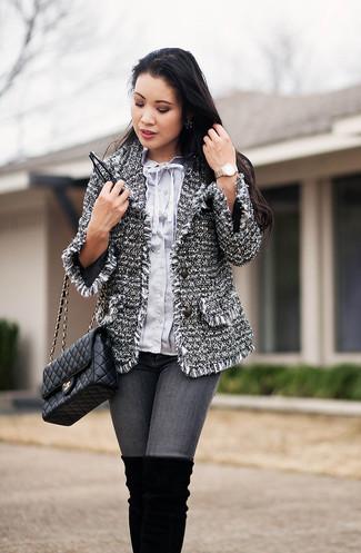 Wie kombinieren: graue Tweed-Jacke, hellblaue Bluse mit Knöpfen, graue enge Jeans, schwarze Overknee Stiefel aus Wildleder