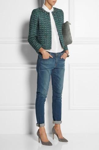 Wie kombinieren: grüne Tweed-Jacke, weißes Businesshemd, blaue Boyfriend Jeans, graue Wildleder Pumps