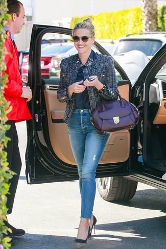 Wie kombinieren: dunkelblaue Tweed-Jacke, dunkelblaues verziertes Businesshemd, blaue enge Jeans, dunkelblaue Leder Pumps