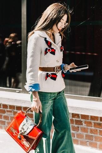 Wie kombinieren: weiße Tweed-Jacke, blaues Businesshemd, grüne Schlagjeans, rote bedruckte Satchel-Tasche aus Leder