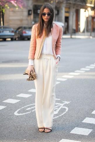 Wie kombinieren: rosa Tweed-Jacke, weißes Seide Businesshemd, hellbeige weite Hose, schwarze Leder Sandaletten