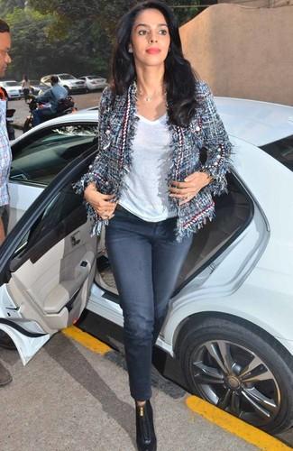 Wie kombinieren: dunkelblaue Tweed-Jacke, weißes T-Shirt mit einem V-Ausschnitt, dunkelblaue Jeans, schwarze Leder Stiefeletten