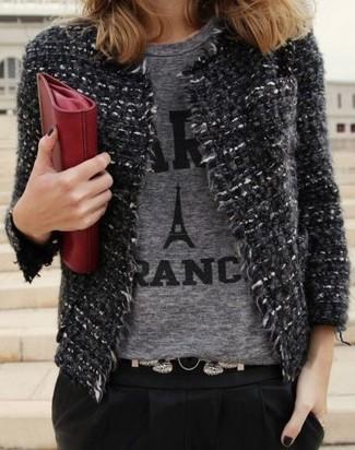 Wie kombinieren: dunkelgraue Tweed-Jacke, graues bedrucktes T-Shirt mit einem Rundhalsausschnitt, schwarze Karottenhose, rote Leder Clutch