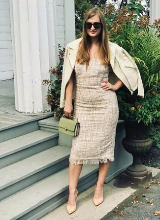 Damen Outfits 2020: Um ein harmonisches, legeres Outfit zu erreichen, sind eine hellbeige Tweed-Jacke und ein hellbeige Tweed Etuikleid ganz ideal geeignet. Komplettieren Sie Ihr Outfit mit beige Leder Pumps.