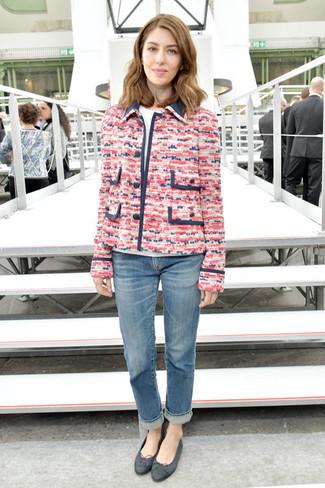 Wie kombinieren: fuchsia Tweed-Jacke, weißes T-Shirt mit einem Rundhalsausschnitt, blaue Jeans, schwarze Leder Ballerinas