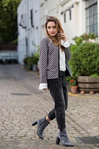 Wie kombinieren: graue Tweed-Jacke, weiße Seide Langarmbluse, schwarze Boyfriend Jeans mit Destroyed-Effekten, graue Wildleder Stiefeletten