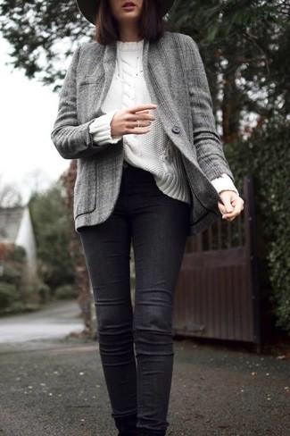 Wie kombinieren: graue Tweed-Jacke, weißer Strickpullover, schwarze enge Jeans, dunkelgrauer Wollhut