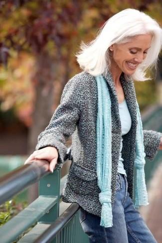 Wie kombinieren: graue Tweed-Jacke, hellblaues Trägershirt, blaue Jeans, hellblauer Schal