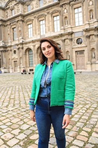 Wie kombinieren: grüne Tweed-Jacke, blaues Jeanshemd, weißes Trägershirt, dunkelblaue enge Jeans