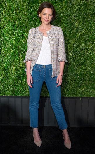 Hellbeige Tweed-Jacke kombinieren – 12 Damen Outfits: Möchten Sie ein schönes Casual-Outfit erreichen, ist diese Kombi aus einer hellbeige Tweed-Jacke und blauen Jeans ganz prima. Hellbeige Wildleder Pumps fügen sich nahtlos in einer Vielzahl von Outfits ein.