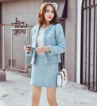Wie kombinieren: hellblaue Tweed-Jacke, weißes T-Shirt mit einem Rundhalsausschnitt, hellblauer Tweed Minirock, weiße Leder Umhängetasche
