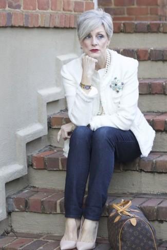 Wie kombinieren: weiße Tweed-Jacke, dunkelblaue Jeans, rosa Leder Pumps, dunkelbraune bedruckte Leder Reisetasche