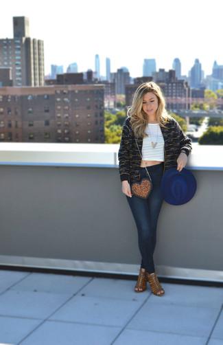 Wie kombinieren: schwarze Tweed-Jacke, weißes und braunes horizontal gestreiftes kurzes Oberteil, dunkelblaue enge Jeans, braune Wildleder Sandaletten