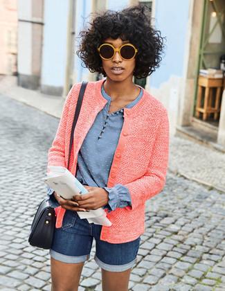 Wie kombinieren: rote Tweed-Jacke, hellblaue Langarmbluse, dunkelblaue Jeansshorts, schwarze Leder Umhängetasche