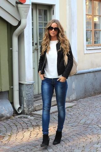Wie kombinieren: schwarze Tweed-Jacke, weißes Langarmshirt, dunkelblaue enge Jeans, schwarze Wildleder Stiefeletten