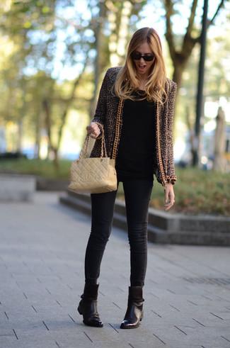 Wie kombinieren: braune Tweed-Jacke, schwarzes Langarmshirt, schwarze enge Jeans, dunkelbraune Leder Stiefeletten