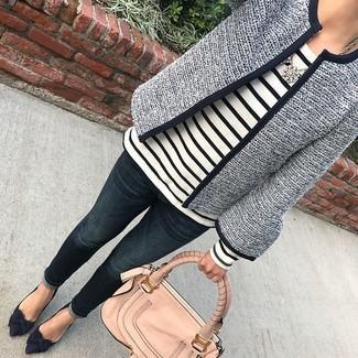 Wie kombinieren: dunkelblaue Tweed-Jacke, weißes und schwarzes horizontal gestreiftes Langarmshirt, dunkelblaue Jeans, dunkelblaue Wildleder Pumps