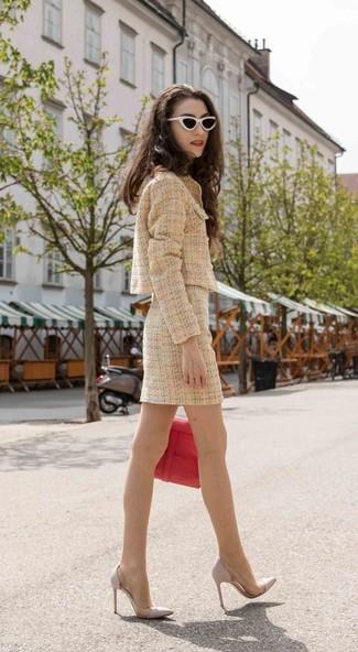 Wie kombinieren: beige Tweed-Jacke, beige Tweed Minirock, graue Leder Pumps, rote Satchel-Tasche aus Leder
