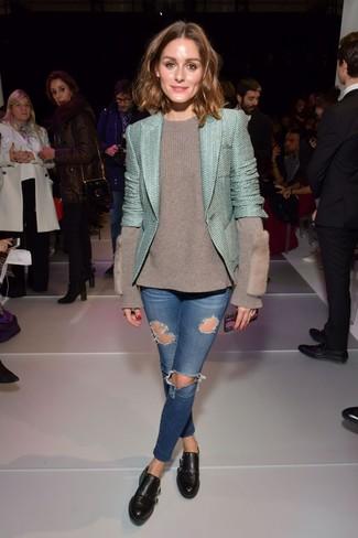 Wie kombinieren: mintgrüne Tweed-Jacke, grauer Pullover mit einem Rundhalsausschnitt, blaue enge Jeans mit Destroyed-Effekten, schwarze Doppelmonks aus Leder
