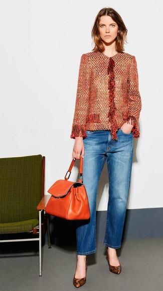 Wie kombinieren: orange Tweed-Jacke, blaue Jeans, braune Leder Pumps mit Schlangenmuster, orange Satchel-Tasche aus Leder