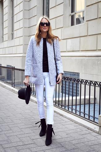 Wie kombinieren: graue Tweed-Jacke, schwarzer Pullover mit einem Rundhalsausschnitt, weiße enge Jeans, schwarze Wildleder Stiefeletten