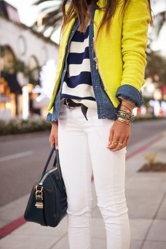 Weiße enge Jeans kombinieren – 8 Herbst Damen Outfits: Probieren Sie diese Kombination aus einer gelben Tweed-Jacke und weißen engen Jeans für einen stilvollen Look. Was für eine tolle Herbst-Look Idee!