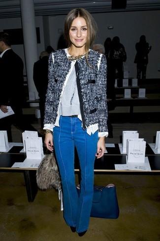 Wie kombinieren: dunkelblaue Tweed-Jacke, grauer Pullover mit einem Rundhalsausschnitt, blaue Schlagjeans, schwarze Wildleder Pumps