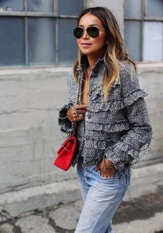 Wie kombinieren: graue Tweed-Jacke, weißer Pullover mit einem V-Ausschnitt, hellblaue Jeans, rote Segeltuch Umhängetasche