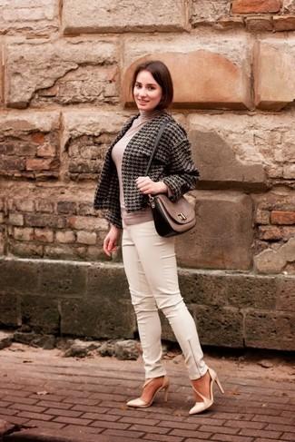 Wie kombinieren: dunkelgraue Tweed-Jacke mit Hahnentritt-Muster, hellbeige Rollkragenpullover, weiße enge Hose aus Leder, hellbeige Leder Pumps