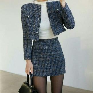 Blauen Tweed Minirock kombinieren – 7 Damen Outfits: Probieren Sie diese Paarung aus einer dunkelblauen Tweed-Jacke und einem blauen Tweed Minirock, umeinen schönen, legeren Look zu erhalten, der in der Garderobe der Frau nicht fehlen darf.