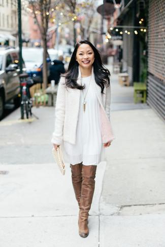 Wie kombinieren: weiße Tweed-Jacke, weißes schwingendes Kleid, braune Overknee Stiefel aus Wildleder, hellbeige Wildleder Clutch