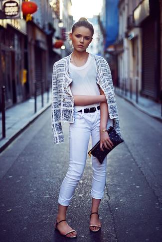 Wie kombinieren: weiße Tweed-Jacke, weißes T-Shirt mit einem Rundhalsausschnitt, weiße enge Jeans, schwarze verzierte flache Sandalen aus Leder