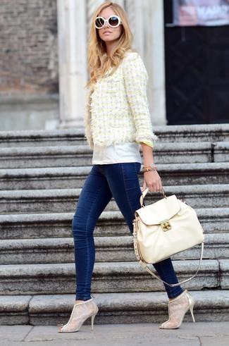 Wie kombinieren: gelbe Tweed-Jacke, weißes T-Shirt mit einem Rundhalsausschnitt, dunkelblaue enge Jeans, hellbeige Spitze Stiefeletten