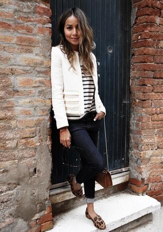 Wie kombinieren: weiße Tweed-Jacke, weißes und schwarzes horizontal gestreiftes T-Shirt mit einem Rundhalsausschnitt, schwarze enge Jeans, beige Leder Slipper mit Leopardenmuster