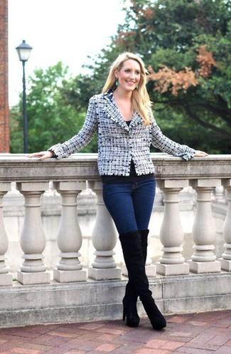 Wie kombinieren: weiße und dunkelblaue Tweed-Jacke, schwarzes T-Shirt mit einem Rundhalsausschnitt, dunkelblaue enge Jeans, schwarze Overknee Stiefel aus Wildleder