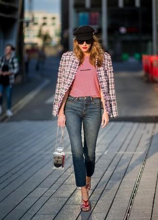 Wie kombinieren: weiße und rote und dunkelblaue Tweed-Jacke, rotes horizontal gestreiftes T-Shirt mit einem Rundhalsausschnitt, dunkelblaue Jeans, rote Leder Sandaletten