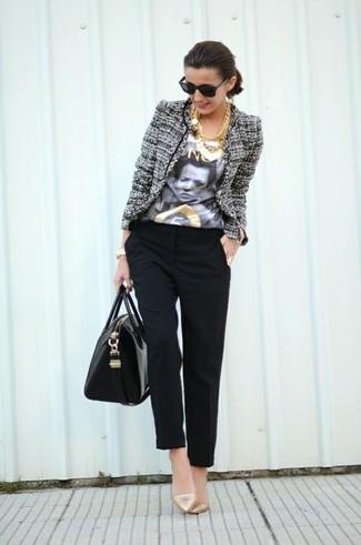 Wie kombinieren: graue Tweed-Jacke, weißes und schwarzes bedrucktes T-Shirt mit einem Rundhalsausschnitt, schwarze Karottenhose, goldene Leder Pumps