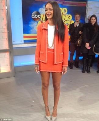 Wie kombinieren: orange Tweed-Jacke, weißes T-Shirt mit einem Rundhalsausschnitt, orange Tweed Minirock, graue Leder Pumps