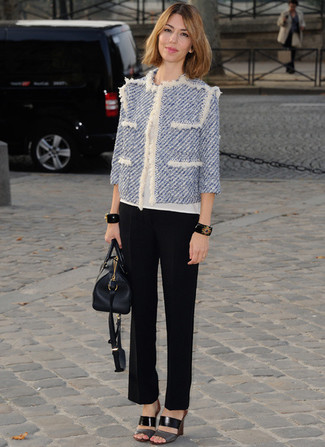 Wie kombinieren: hellblaue Tweed-Jacke, weißes T-Shirt mit einem Rundhalsausschnitt, schwarze Schlaghose, schwarze Leder Pantoletten