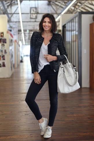 Wie kombinieren: schwarze Tweed-Jacke, weißes T-Shirt mit einem V-Ausschnitt, schwarze enge Jeans, weiße Segeltuch niedrige Sneakers