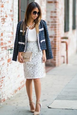 Wie kombinieren: dunkelblaue Tweed-Jacke, weißes Seide Trägershirt, weißer Spitze Bleistiftrock, hellbeige Leder Pumps