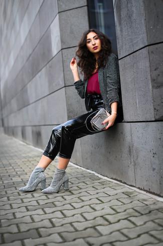 Wie kombinieren: dunkelgraue Tweed-Jacke, dunkelrotes Chiffon Trägershirt, schwarze Karottenhose aus Leder, graue elastische Stiefeletten