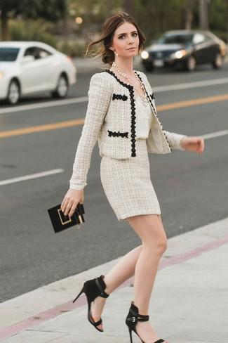 Wie kombinieren: hellbeige Tweed-Jacke, weißes Seide Trägershirt, hellbeige Tweed Minirock, schwarze Wildleder Sandaletten