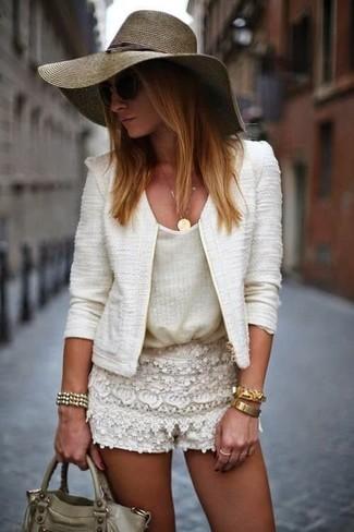 Olivgrüne Satchel-Tasche aus Leder kombinieren: Um ein legeres Outfit zu erzeugen, probieren Sie die Kombination aus einer weißen Tweed-Jacke und einer olivgrünen Satchel-Tasche aus Leder.