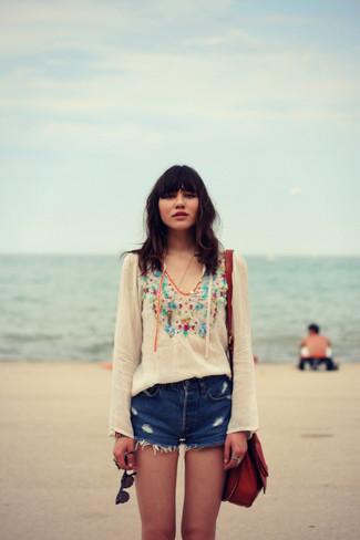 Wie kombinieren: weiße bestickte Folklore Bluse, blaue Jeansshorts mit Destroyed-Effekten, dunkelrote Leder Umhängetasche