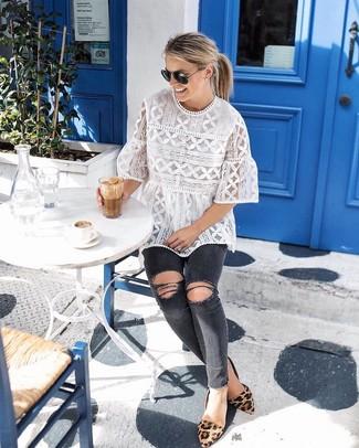 Wie kombinieren: weiße Kurzarmbluse aus Spitze, dunkelgraue enge Jeans mit Destroyed-Effekten, beige Wildleder Ballerinas mit Leopardenmuster